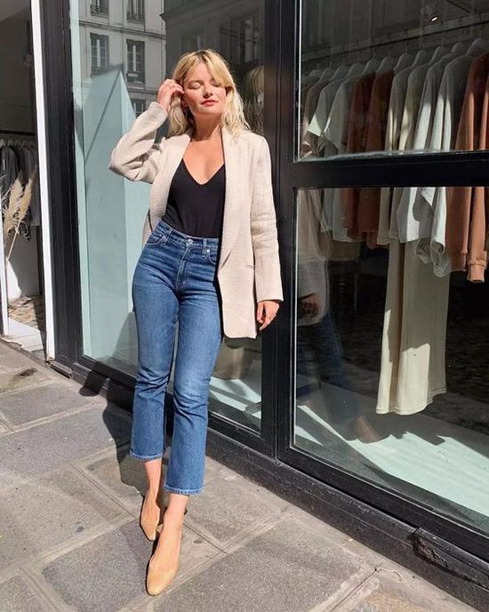 Bên cạnh nét trang nhã và lịch thiệp, chị em công sở vẫn có cơ hội thể hiện nét cá tính khi chọn vest cổ điển để mix cùng jeans ống lửng, jean xé gấu.