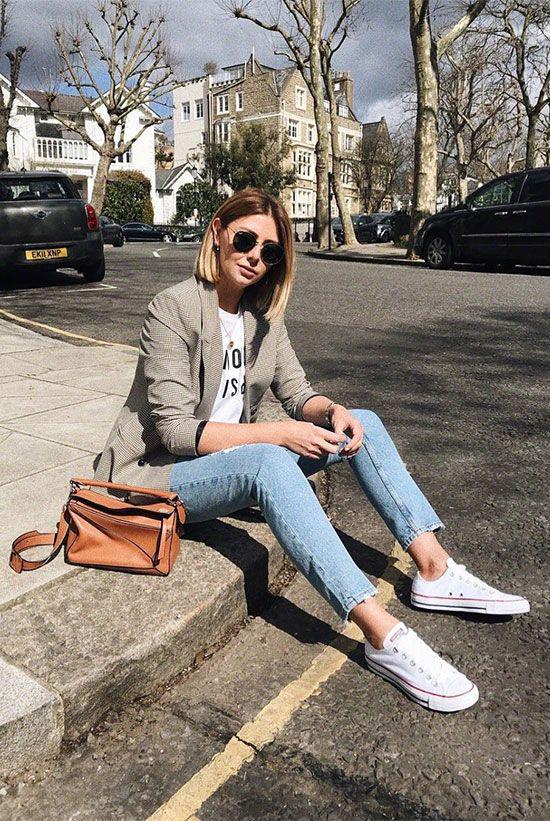 Vẫn diện set đồ gồm áo blazer và quần jeans nhưng khi thay thế sơ mi bằng áo thun, giày cao gót bằng giày thể thao phái đẹp lại có được nét năng động.