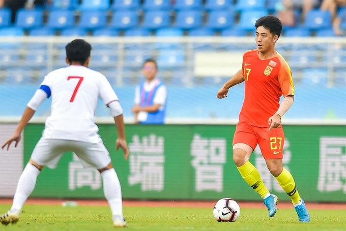 Trung Quốc (áo đỏ) thể hiện bộ mặt thất vọng trên sân nhà.