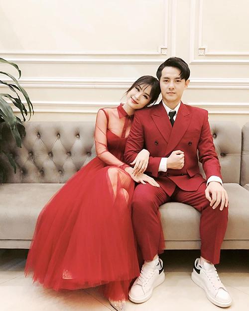 Đông Nhi mặc váy đỏ, trong khi bạn trai Ông Cao Thắng diện vest đồng điệu, bảnh bao. Cả hai đã mua nhẫn cưới và đang chuẩn bị cho ngày trọng đại nhưng chưa tiết lộ ngày cụ thể sẽ diễn ra hôn lễ.