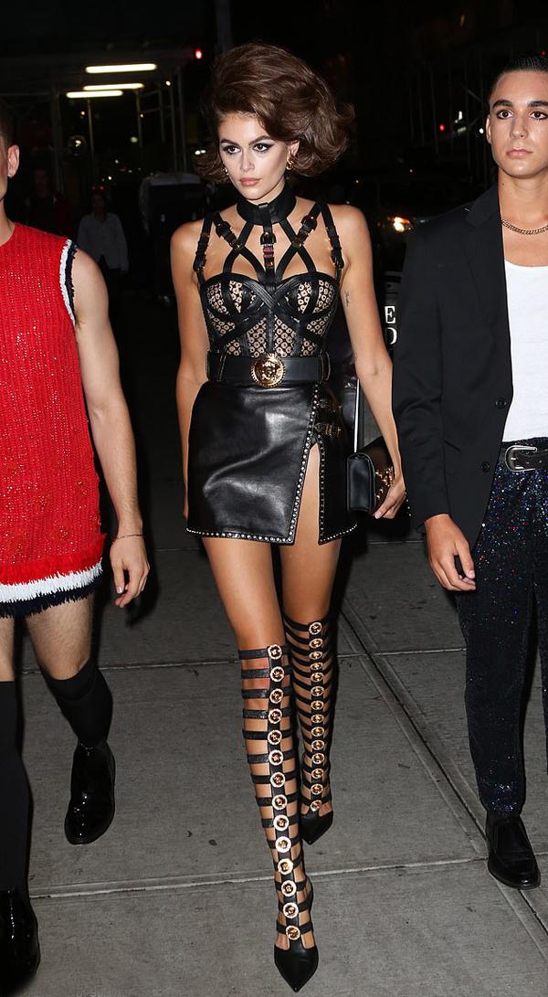 Kaia Gerber diện váy Versace sải bước trên đường phố như diễn sàn catwalk. Cô cùng bạn bè, người thân tới khách sạn Edition để tổ chức tiệc sinh nhật 18 tuổi.