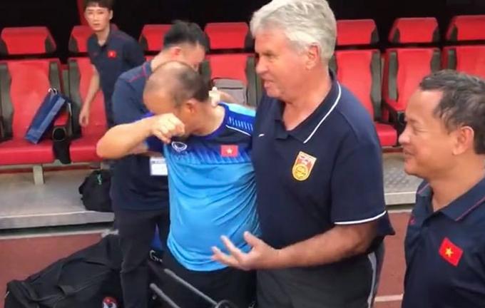 HLV Park gạt nước mắt khi nói chuyện với ông Guus Hiddink.