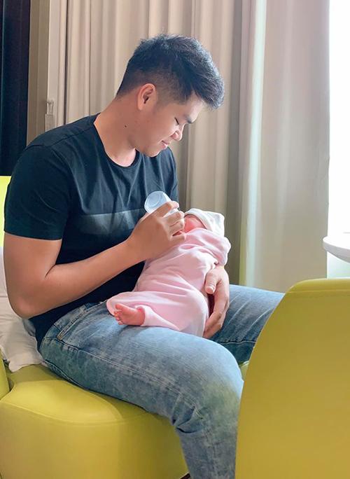 Lê Phương an nhàn, tha hồ ngủ vì chồng trẻ Trung Kiên chăm con gái nhỏ cả ngày lẫn đêm.