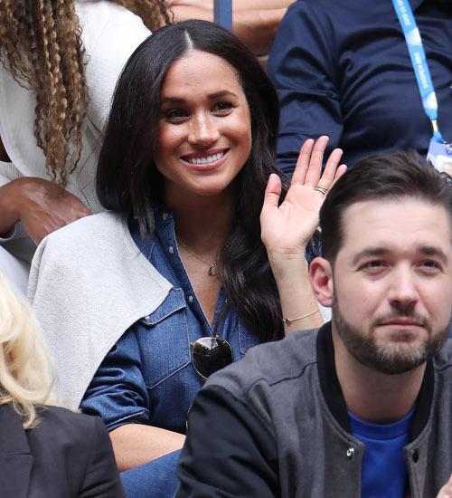 Vợ hoàng tử Anhngồi ngay sau lưng phu quân của Serena. Cô thân thiện vẫy tay chào người hâm mộ. Mới sinh con được 4 tháng nhưng cựu diễn viên Mỹ đã lấy lại vóc dáng thời son rỗi. Cô vừa đón sinh nhật tuổi 38 hồi đầu tháng trước. Ảnh: EPA.