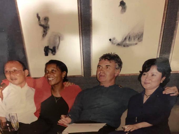 Con trai ông Park chia sẻ bức ảnh kỷ niệm của bố mẹ và vợ chồng ông Guus Hiddink. Trong ảnh, vợHLV Hiddink - bà Liesbeth Pinas khoác vai ông Park cònông Hiddink khoác vaibà xãông Park - bà Choi Sang-a.