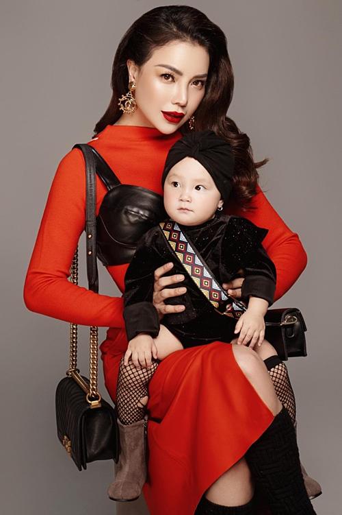 Trà Ngọc Hằng và con gái hơn 1 tuổi.