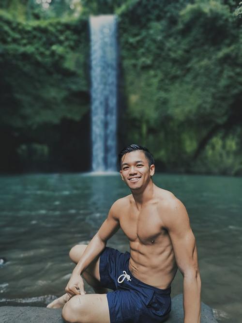 Trọng Hiếu khoe body 6 múi bên thác nước và cho biết: Chỗ thiên niên đẹp và thoải mái thế này Hiếu chỉ ước được tắm nude.