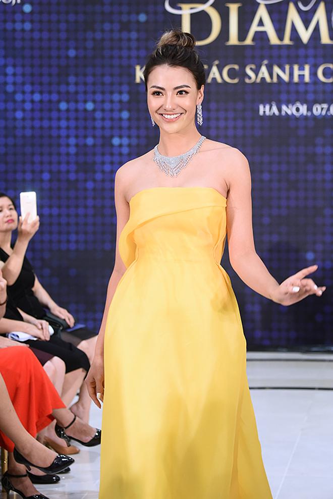 Người đẹp khoe vai trần với thiết kế đầm cúp ngực. Kiểu dáng trang phục giúp nổi bật trang sức kim cương thiết kế cầu kỳ.