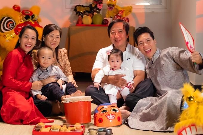 Gia đình nghệ sĩ xiếc Quốc Cơ - ca sĩ Ngọc Mai tổ chức một bữa cỗ mừng Tết Trung thu sớm.