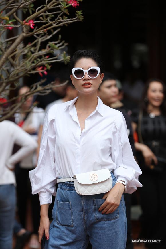 Trang Khàn mặc cá tính tham dự buổi lễ.