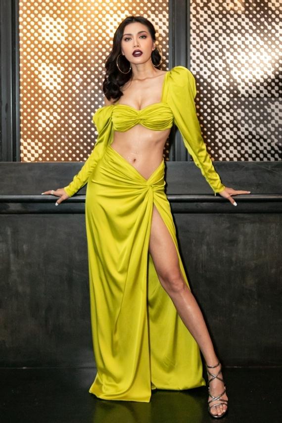 Minh Tú chọn trang phục màu xanh neon, cắt xẻ khoe hình thể khi dự show của một thương hiệu