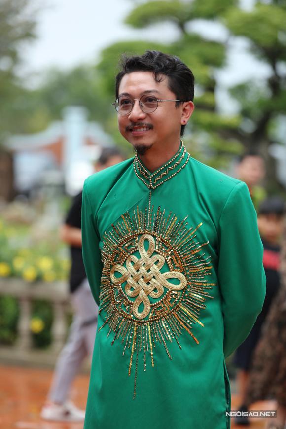 Diễn viên hài Hứa Minh Đạt cười tươi tại buổi lễ cúng Tổ.
