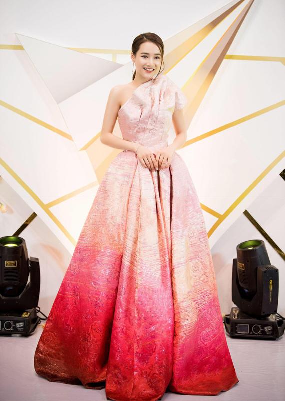 Diễn viên Nhã Phương chọn một thiết kế khác của Đỗ Long để tham dự sự kiện này. Chiếc đầm dựng 3D ở phần vai và pha màu lấy cảm hứng từ hoa tulip biến Nhã Phương thành bông hoa lộng lẫy.