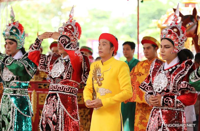 Theo thông lệ hàng năm, nghệ sĩ Hoài Linh tổ chức lễ giỗ Tổ nghề trang trọng và ấm cúng tại nhà thờ Tổ do anh xây dựng.