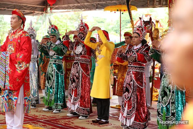Nghệ sĩ mặc áo dài, trực tiếp hành lễ trước sự chứng kiến của rất đông đồng nghiệp.