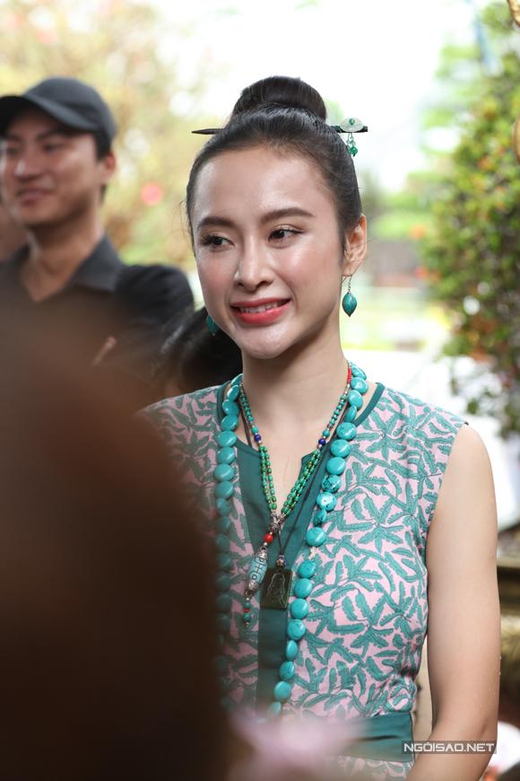 Diễn viên Angela Phương Trinh mặc giản dị dự buổi lễ cúng tổ của nghệ sĩ Hoài Linh.