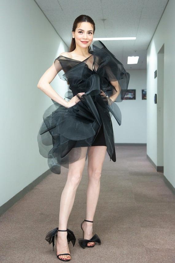 Với mẫu váy Hồ Ngọc Hà mặc, nam stylist khen ngợi ở kỹ thuật tạo phom 3D độc đáo, kết hợp hài hòa với giày cùng chất liệu và cắt giảm các phụ kiện khác.