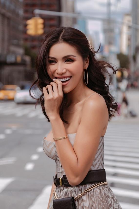 Hoa hậu Siêu quốc gia châu Á 2018 thu hút với thần thái rạng rỡ. Cô đọ dáng cùng một fashionista quốc tế.