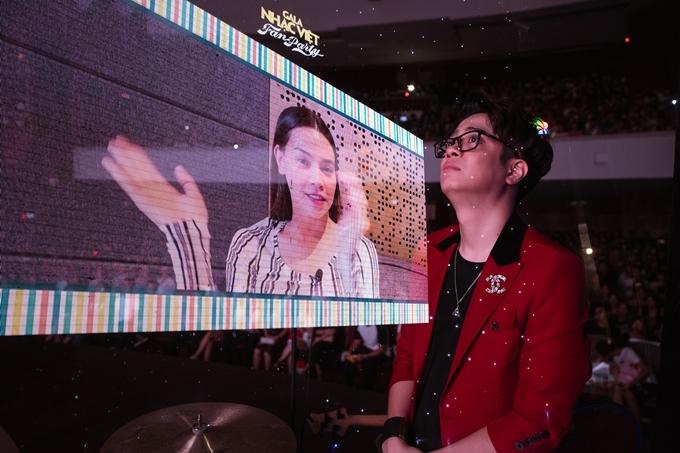 Ca sĩ Hồ Ngọc Hà quay video chúc mừng học trò có những bước tiến mới trong sự nghiệp.