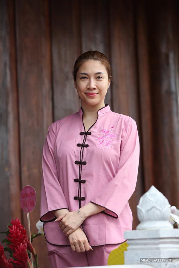 Ca sĩ Pha Lê mặc trang phục của Phật tử dự lễ dâng hương.