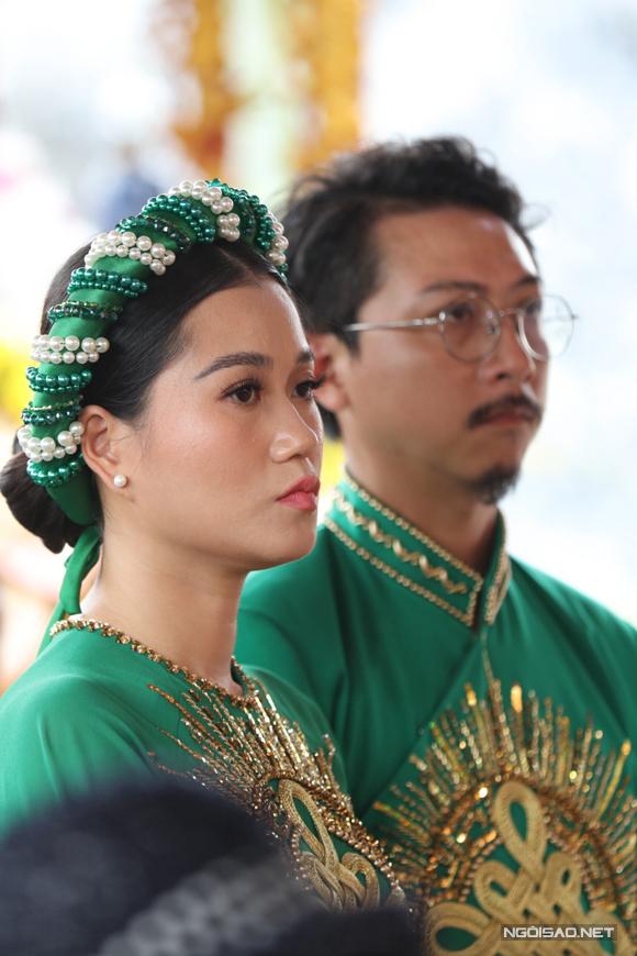 MC Lâm Vỹ Dạ mặc áo dài xanh, ton sur ton với ông xã Hứa Minh Đạt.