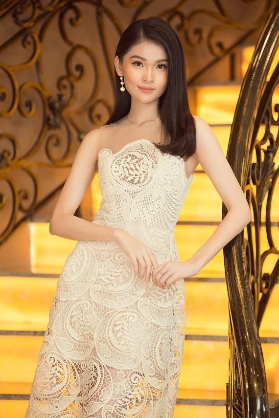 Á hậu Thùy Dung thêm thanh lịch và được tạo nét tiểu thư nhờ bộ đầm ren sắp xếp họa tiết khéo léo.