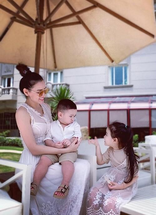Là mẹ của hai nhóc tỳ, bé lớn 4 tuổi và bé út 19 tháng tuổi, nhưng Trang Nhung được nhận xét trẻ đẹp như lúc chưa kết hôn. Hiện cô sở hữu số đo ba vòng 92-65-95, cao 172 cm và nặng 57 kg, chỉ tăng 2 kg so với thời con gái.