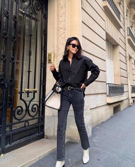 Set đồ cho các nàng yêu hai gam màu khó lỗi mốt là đen và trắng. Sơ mi dáng free size phối cùng quần jeans skinny, phụ kiện đi kèm là túi xách tay phom lớn ton-sur-ton cùng bốt cổ thấp.