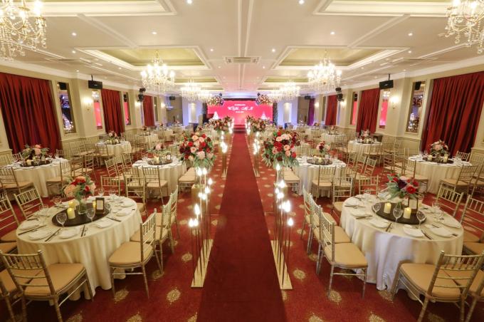Màu đỏ đem đến cảm giác ấm áp cho những bữa tiệc và cũng là sắc màu được lựa chọn phổ biến nhất trong đám cưới. Tuy màu đỏ là màu dễ nhìn, nổi bật, thu hút sự chú ý nhưng nếu quá lạm dụng màu đỏ sẽ gây cảm giác chật chội, khó chịu, khiến khách mời cảm thấy mệt mỏi.