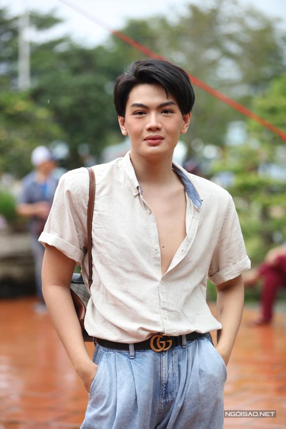 Ca sĩ Đào Bá Lộc mặc áo phanh ngực, điệu đà dự buổi lễ.