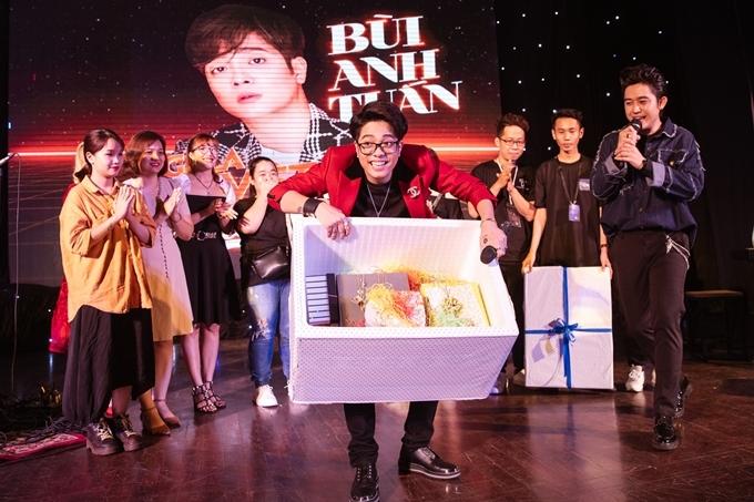 Anh khoe hộp quà khổng lồ nhận được từ fanclub.