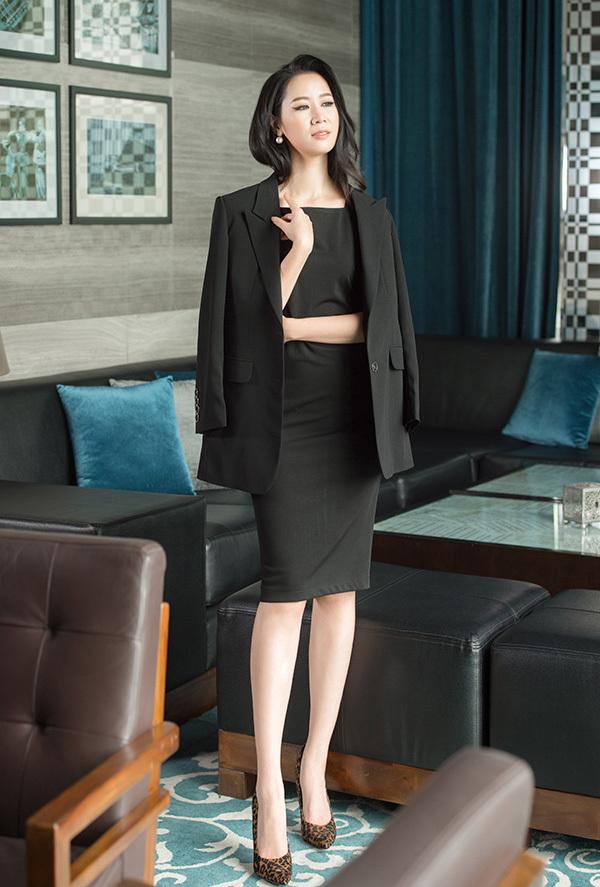 Chiếc váy đen dài quagối là món đồ không thể thiếu của các cô nàng công sở.