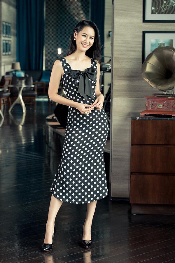 Ngoài váy áo đơn sắc, Dương Thuỳ Linh cũng ưa thích những bộ váy dáng dài hoạ tiết chấm bi hoặc hoa nhí màu sắc không quá rực rỡ.