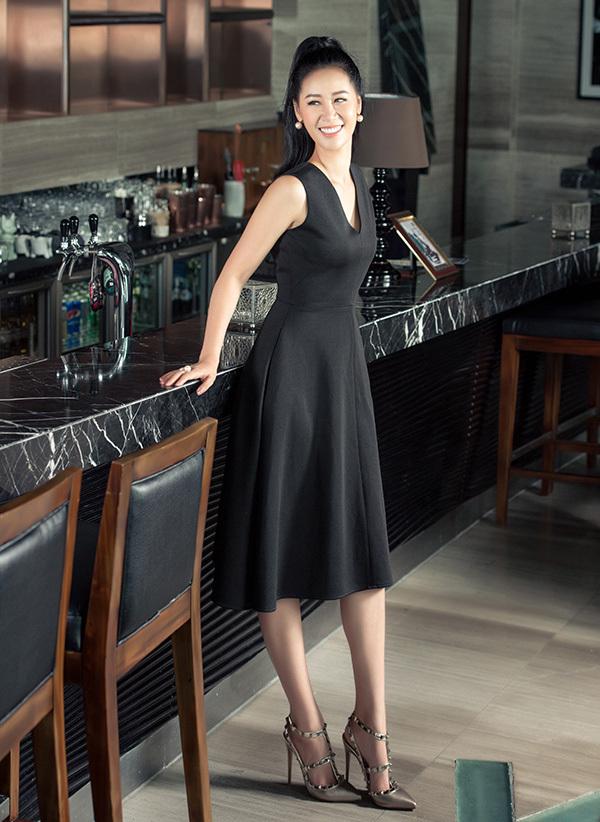 Dương Thuỳ Linh khéo léo kết hợp váy công sở đơn sắc với giày nạm đinh tán để tạo điểm nhấn cho bộ trang phục.