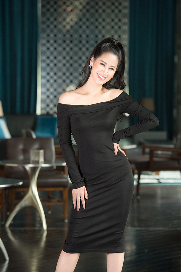 Không chỉ hoạt động showbiz, Hoa hậu Dương Thuỳ Linh còn làm kinh doanh. Cô yêu thích những bộ cánh tối giản, đơn sắc khi làm doanh nhân.