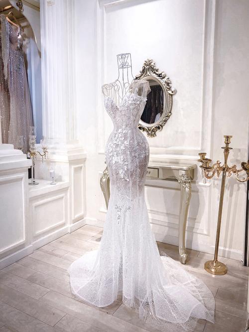 Mẫu váy có phom dáng gọn nhẹ, giúp cô dâu Minh Anh dễ dàng di chuyển trong sảnh tiệc. NTK đính nhiều hạt đá để tạo độ lấp lánh cho bộ đầm.