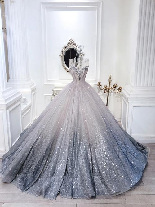 Mẫu váy được đính hạt đá lấp lánh, giúp cô dâu thu hút mọi ánh nhìn của khách mời trong đêm tiệc.