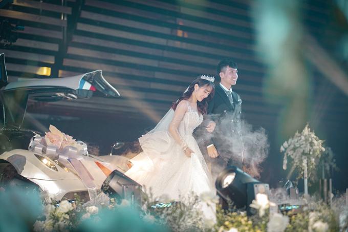 Váy có giá 400 triệu đồng, được đính hạt Swarovski dọc thân, tạo độ bắt sáng khi cô dâu sải bước trên lễ đường.
