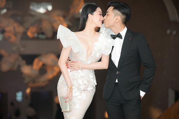 Cặp vợ chồng dành cho nhau nhiều cử chỉ âu yếm, ngọt ngào trước khi bước vào bữa tiệc.