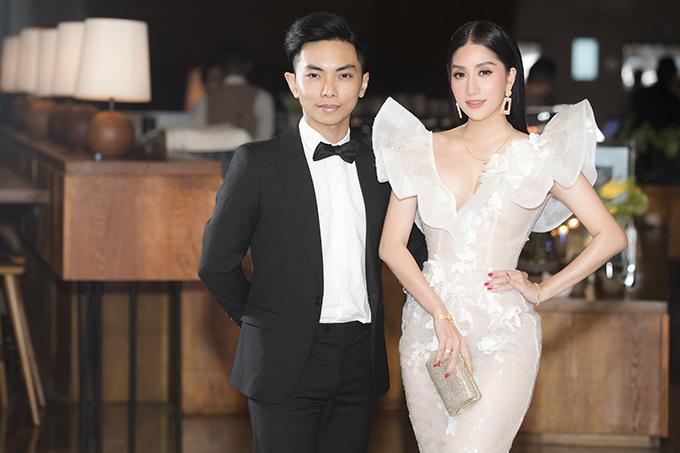 Khánh Thi diện váy bó sát của nhà thiết kế Anh Thư trong khi Phan Hiển đóng bộ tuxedo lịch lãm.