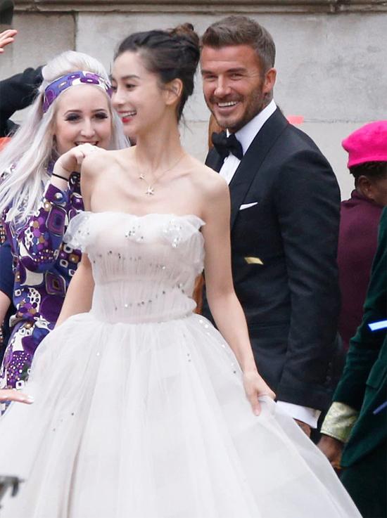 Victoria Beckham có thể muốn quay mặt đi vì đức lang quân David được trông thấy cưới cô người mẫu Trung Quốc xinh đẹp Angelababy trên đường phố London. May thay, buổi lễ chỉ là quảng cáo thương mại của khách sạn Londoner Macao, The Sun bình luận khi đăng tải một số bức ảnh trong đám cưới của cựu thủ quân tuyển Anh và vợ tài tử Huỳnh Hiểu Minh.