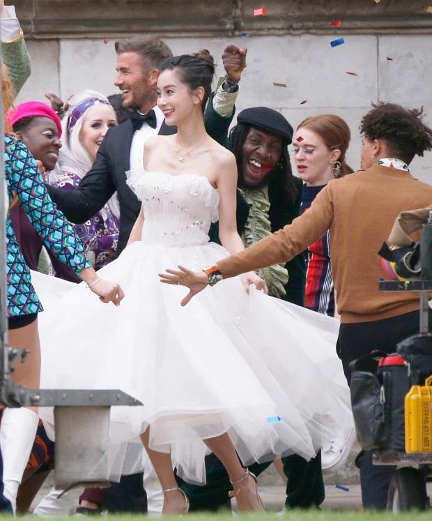 Becks mặc lễ phục bảnh bao, ra dáng chú rể, tươi cười nhảy múa bên cô dâu và bạn bè.