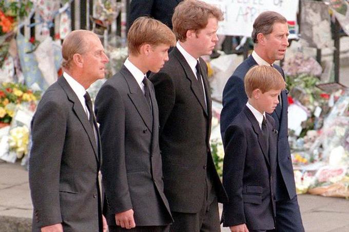 Từ trái qua:Hoàng thân Philip, Hoàng tử William, Earl Spencer (em trai Diana), Hoàng tử Harry và Thái tử Charles trong tang lễ công nương hồi năm 1997. Ảnh: MirrorPix.