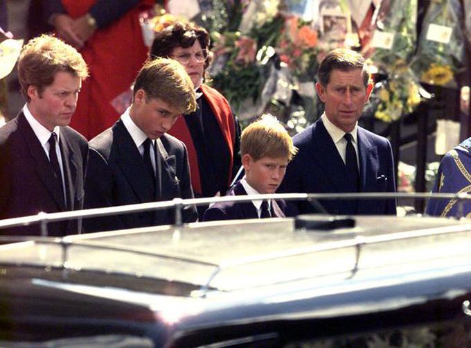 Hai hoàng tử liếc nhìn chiếc xe chở quan tài mẹ rời Wesminster Abbey. Ảnh: Reuters.