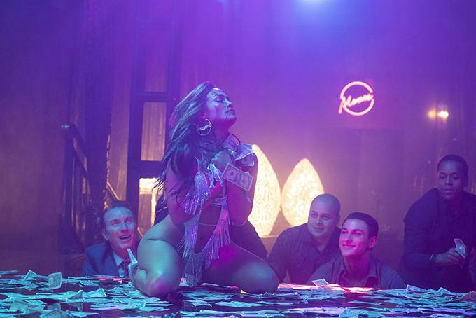 Jennifer Lopez trong một cảnh quay múa sexy trong quán bar.