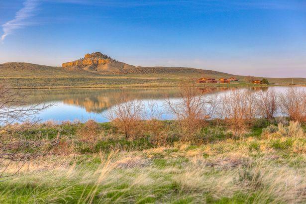 Cơ ngơi này rộng tới 3.600 ha, gồm trang trại, nhà ở, nhà hàng, đồng cỏ, hai hồ nước...