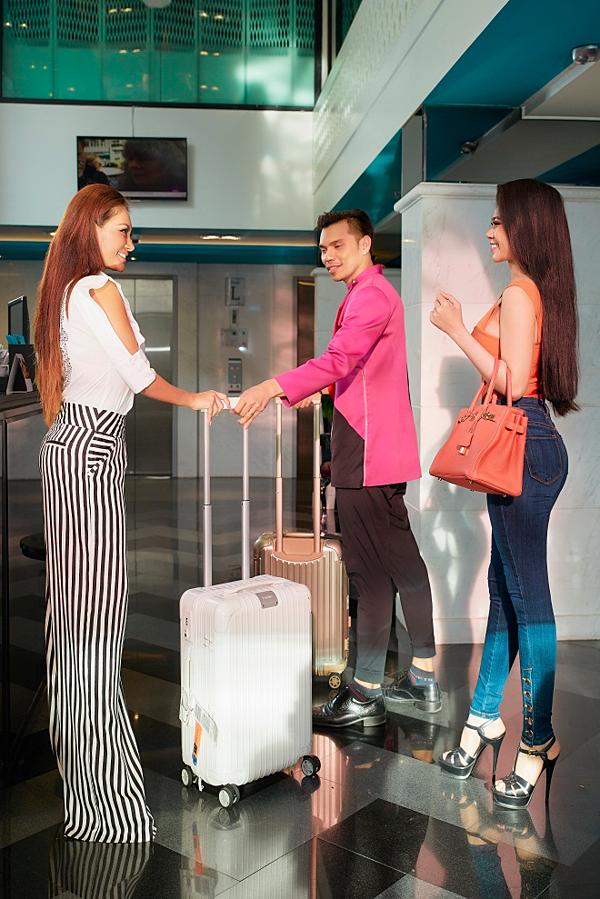 Trisha Vũ và Thiên Kim vừa trở thành gương mặt quảng cáo cho Hotel Clover Asoke nên được mời sang Thái Lan thực hiện bộ ảnh chung.