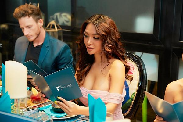 Trisha Vũ là nhà thiết kếthời trang gốc Việt nổi tiếng tại Singapore, để lại dấu ấn với bộ sưu tậpHigh-end, khăn lụa Bling – Bling vừa ra mắt hồi tháng 4 tại hội du thuyền Singapore.