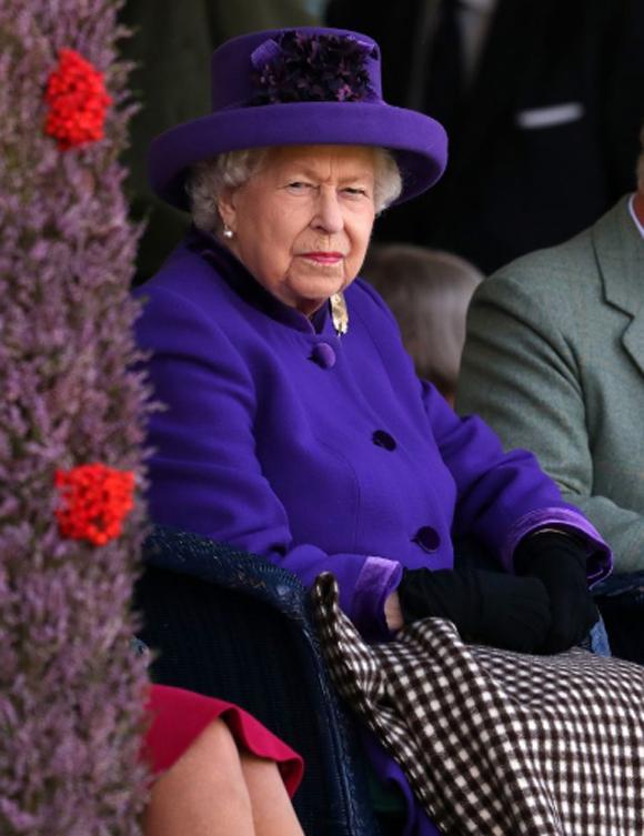 Nữ hoàng mặc trang phục màu tím tại lễ hội thể thao thường niên ở Scotland hôm 7/9. Ảnh: PA.