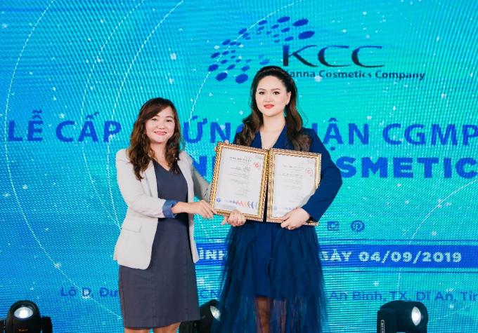 Bà Nguyễn Nam Trân cấp giấy chứng nhận CGMP – SGS cho Kanna Cosmetics.
